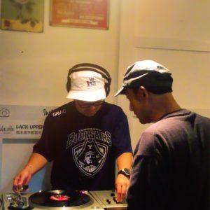 宇都宮のバー LACK UPPER レコードでBGM!
